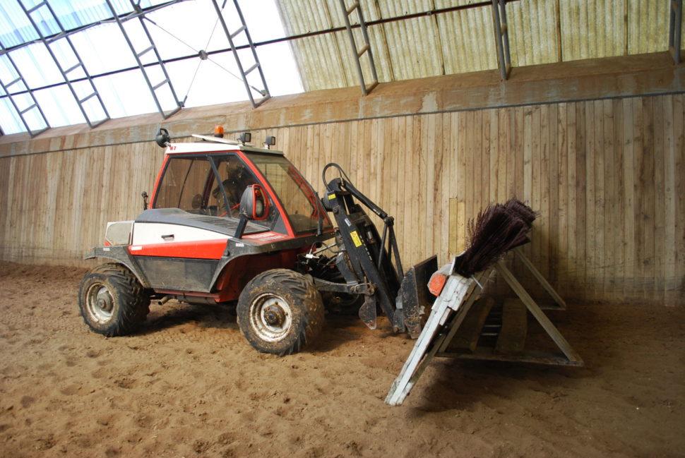 Horský traktor pomáhá ipři přemisťování překážek vhale ve Světlé Hoře