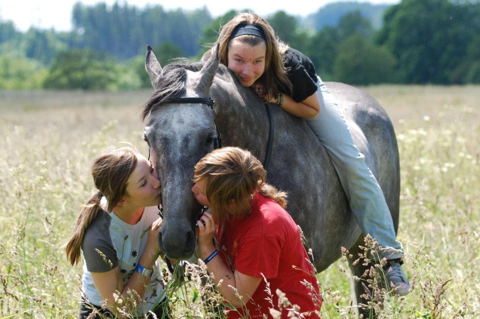Děvčata líbající svého oblíbeného koně ve Světlé Hoře
